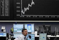 <p>Les Bourses européennes sont dans le vert jeudi à la mi-séance, dans des marchés encore dominés par la prudence avant la réunion de la Banque centrale européenne. À 13h09, le Dax prend 0,80%, le FTSE 0,50% et le CAC 40 gagne 0,15%. /Photo prise le 5 juillet 2012/REUTERS/Alex Domanski</p>