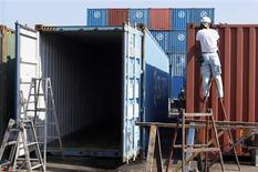 <p>Le déficit commercial de la France a légèrement reculé en mai à 5,325 milliards d'euros. Les exportations sont ressorties à 37,440 milliards d'euros en mai contre 36,969 milliards en avril. /Photo d'archives/REUTERS/Kim Kyung-Hoon</p>