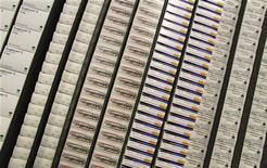 <p>Longtemps critiquée pour son goût immodéré du secret, l'Agence européenne des médicaments est en train d'ouvrir ses archives au public, ce qui pourrait permettre à des chercheurs indépendants d'analyser des centaines de milliers de pages de résultats des essais cliniques menés par les industriels. /Photo prise le 11 mai 2012/REUTERS/Enrique Calvo</p>