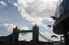 <p>Les Jeux olympiques de Londres coûteront plus de 11 milliards de livres (14 milliards d'euros) dont l'essentiel viendra de fonds publics alors que les difficultés économiques et sociales obligent le gouvernement britannique à diminuer les dépenses dans d'autres secteurs. /Photo prise le 15 juillet 2012/REUTERS/Andrew Winning</p>