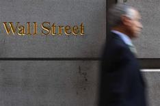 <p>Wall Street a ouvert en repli lundi, affaiblie par la publication de chiffres inférieurs aux attentes sur la consommation aux Etats-Unis. Dans les premiers échanges, l'indice Dow Jones perd 0,35%, le Standard & Poor's, plus large, cède 0,2% alors que le composite du Nasdaq recule de 0,18%. /Photo d'archives/REUTERS/Eric Thayer</p>