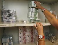 <p>Les valeurs financières pourraient réagir aux adjudications en Grèce et en Espagne. Athènes doit placer mardi 1,25 milliard d'euros de bons à trois mois et Madrid adjugera jusqu'à 3,5 milliards d'euros de bons à 12 et 18 mois. /Photo d'archives/REUTERS/Heinz-Peter Bader</p>