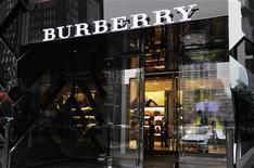 <p>Burberry, en discussions avec Interparfums, a l'intention de mettre fin à leur accord de licence à partir du 31 décembre 2012. Interparfums réalisait fin 2011 plus de la moitié de son chiffre d'affaires avec la marque au tartan. /Photo d'archives/REUTERS/Jason Lee</p>