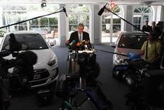 <p>Conférence de presse de Philippe Varin, président du directoire de PSA. Le constructeur a annoncé un nouveau plan d'économies de 1,5 milliard d'euros à l'horizon 2015 après être tombé dans le rouge au premier semestre en raison d'une chute de ses ventes en Europe deux fois plus rapide que celle du marché. /Photo prise le 25 juillet 2012/REUTERS/John Schults</p>