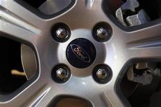 <p>Ford, deuxième constructeur américain, anticipe désormais de perdre plus d'un milliard de dollars en Europe en 2012 contre une estimation précédente de -500 à -600 millions de dollars. /Photo d'archives/REUTERS/Bogdan Cristel</p>