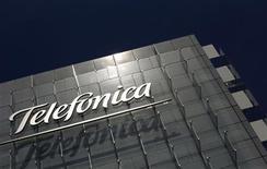 <p>Telefonica a annoncé mercredi une chute de 34,4% de son bénéfice net au premier semestre, la suppression de son dividende et l'annulation se son programme de rachat d'actions pour 2012. /Photo d'archives/REUTERS/Susana Vera</p>