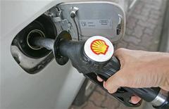 <p>Shell a vu ses bénéfices au deuxième trimestre reculer à environ 6 milliards de dollars (4,94 milliards d'euros), contre 8 milliards il y a un an à coûts courants d'approvisionnement. /Photo d'archives/REUTERS/Toby Melville</p>