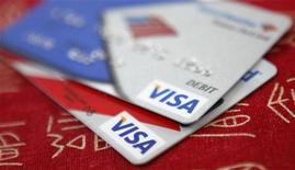 <p>Visa, qui a publié un bénéfice trimestriel ajusté meilleur que prévu et relevé pour la deuxième fois cette année sa prévision de résultat pour l'ensemble de l'exercice, figure parmi les valeurs à suivre jeudi sur les marchés américains. /Photo d'archives/REUTERS/Jason Reed</p>
