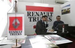 <p>Renault Trucks Defense, filiale de Volvo, a mis la main sur le constructeur de blindés légers Panhard, entamant la consolidation attendue de longue date du secteur de l'armement terrestre français. /Photo d'archives/REUTERS/Saad Shalash</p>