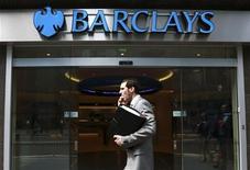 <p>Barclays, qui a présenté ses excuses vendredi pour le scandale du Libor qui secoue la banque et l'ensemble du secteur depuis un mois, a dévoilé des résultats meilleurs que prévu, avec un bénéfice semestriel de plus de quatre milliards de livres. /Photo prise le 28 juin 2012/REUTERS/Olivia Harris</p>