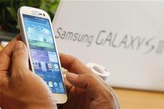 <p>Grâce notamment au succès de sa gamme de smartphones Galaxy, Samsung Electronics a fait état vendredi d'un bénéfice opérationnel record de 5,9 milliards de dollars (4,8 milliards d'euros) au deuxième trimestre. /Photo prise le 26 juin 2012/REUTERS/Lee Jae-Won</p>