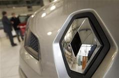 <p>Renault, qui est resté bénéficiaire au premier semestre, contrairement à son concurrent PSA Peugeot Citroën, gagne 6,98% à la mi-séance. /Photo d'archives/REUTERS/Régis Duvignau</p>
