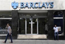 <p>Barclays a révélé vendredi l'existence de nouvelles enquêtes et de nouvelles poursuites judiciaires dans le cadre du scandale de manipulation du Libor (taux d'intérêt interbancaire offert à Londres) qui secoue la banque depuis plus d'un mois et pour lequel elle a présenté ses excuses, tout en dévoilant un bénéfice semestriel meilleur que prévu. /Photo prise le 28 juin 2012/REUTERS/Paul Hackett</p>