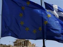 """<p>Les responsables européens travaillent à un plan """"de la dernière chance"""" pour faire baisser l'endettement de la Grèce et maintenir ainsi le pays dans la zone euro, via une nouvelle restructuration de la dette supposant des pertes importantes pour la BCE et les banques centrales nationales. /Photo prise le 17 juin 2012/REUTERS/John Kolesidis</p>"""