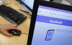 <p>L'action Facebook plongeait vendredi à Wall Street, les investisseurs sanctionnant durement l'absence de prévision dans les résultats communiqués la veille par le site de réseau social. /Photo d'archives/REUTERS/Thierry Roge</p>