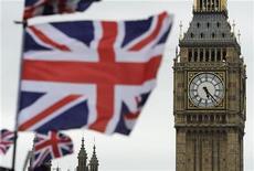 <p>Standard & Poor's a confirmé vendredi la note AAA de la Grande-Bretagne, la plus élevée de sa grille d'évaluation, et l'a assortie d'une perspective stable en expliquant que l'économie britannique devrait entrer avant la fin de l'année dans une phase de reprise progressive. /Photo prise le 26 juin 2012/REUTERS/Paul Hackett</p>