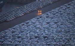 <p>Véhicules sud-coréens attendant d'être exportés, à Incheon. L'Union européenne va examiner une demande adressée par Paris afin que les importations de véhicules en provenance de Corée du Sud soient mises sous surveillance. /Photo prise le 17 juin 2012/REUTERS/Choi Dae-woong</p>