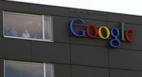<p>Imagen de archivo del logo de Google en su edificio de Zúrich, mayo 25 2010. Google, el gigante estadounidense de internet, quiere armar a ecologistas de América del Sur con imágenes de satélite de la Amazonia que facilitarían el combate a la deforestación en la mayor selva del planeta. REUTERS/Arnd Wiegmann</p>