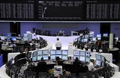 <p>Les Bourses européennes évoluent en ordre dispersé à mi-séance, les investisseurs optant pour un positionnement plus prudent après avoir porté les indices à des plus hauts de quatre mois. Au terme d'une matinée très volatile, le CAC 40 progressait de 0,51%, le Dax de 0,32% mais à Londres, le FTSE perdait 0,10%. /Photo prise le 7 août 2012/REUTERS/Remote/Tobias Schwarz</p>