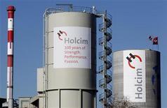 <p>Le cimentier suisse Holcim, numéro deux mondial du secteur, a enregistré des résultats du deuxième trimestre supérieurs aux attentes et estime que des hausses de prix et des réductions de coûts l'aideront à atteindre ses objectifs financiers. /Photo prise le 29 février 2012/REUTERS/Christian Hartmann</p>