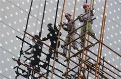 <p>La Chine doit intensifier sa politique de soutien à l'activité économique dans les trois prochains mois sous peine de ne pas atteindre son objectif de croissance annuelle de 7,5%, a déclaré à Reuters un haut responsable d'un centre de réflexion gouvernemental. /Photo prise le 24 juillet 2012/REUTERS/Sean Yong</p>