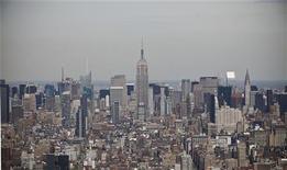 """<p>L'activité manufacturière dans l'Etat de New York s'est contractée contre toute attente en août, pour la première fois depuis octobre 2011, plombée par une nouvelle chute des commandes, indique l'indice dit """"Empire State"""" de la Réserve fédérale de New York. /Photo prise le 30 avril 2012/REUTERS/Andrew Burton</p>"""