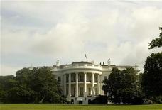 """<p>La Maison blanche n'est pas seulement le siège du pouvoir exécutif américain, à la fois lieu de résidence et de travail du président des Etats-Unis, elle abrite aussi une brasserie produisant une bière déclinée en version blonde et brune, la """"White House Honey Ale"""". /Photo d'archives/REUTERS/Larry Downing</p>"""
