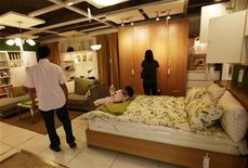 <p>Ikea, premier détaillant mondial de meubles, projette la construction d'une chaîne d'hôtels à bas prix à travers l'Europe. Les établissements prévus par le projet viendraient répondre à la demande touristique grandissante d'hôtels peu chers mais élégants, née de la baisse des tarifs aériens. /Photo d'archives/REUTERS/Jason Lee</p>