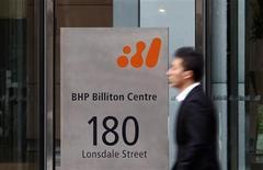 <p>BHP Billiton pourrait réduire ses effectifs dans ses mines de charbon en Australie en raison du ralentissement de l'économie mondiale, une nouvelle preuve que les grands groupes miniers souffrent du repli de l'activité industrielle en Chine. /Photo d'archives/REUTERS/Mick Tsikas</p>