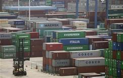 <p>Le port de Wuhan, dans la province chinoise de Hubei. Les perspectives du commerce extérieur de la Chine au second semestre s'assombrissent, affectées par la crise de la dette dans la zone euro et une reprise économique mondiale plus lente que prévu. /Photo prise le 10 juillet 2012/REUTERS</p>