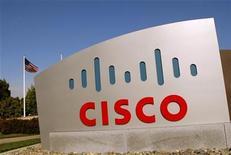 <p>Foto de archivo del logo de Cisco en su campus tecnológico en San Jose, EEUU, feb 3 2010. Las acciones de Cisco Systems Inc subieron un 9 por ciento el jueves, gracias a que un aumento de dividendos y un plan de recompra de papeles opacaron los comentarios de que las condiciones de negocios en Europa no mejorarían en el corto plazo para el fabricante de equipos de red. REUTERS/Robert Galbraith</p>