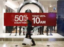 <p>Le moral des ménages américains s'est amélioré début août pour atteindre un plus haut de trois mois, les promotions consenties dans les magasins et les faibles taux des crédits immobiliers ayant favorisé la consommation. /Photo d'archives/REUTERS/Shannon Stapleton</p>