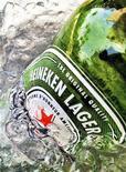 <p>Heineken a proposé à Fraser and Neave une offre de rachat relevée de 50 à 53 dollars singapouriens par action pour sa part de 40% dans Asia Pacific Breweries (APB), le brasseur de la Tiger Beer également convoité par un groupe thaïlandais, selon une source proche du dossier. /Photo prise le 10 mai 2012/REUTERS/Matthew Lee</p>