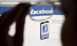 <p>L'action du groupe de réseau social Facebook a touché vendredi un nouveau plus bas historique, les actionnaires de la première heure ayant obtenu la veille le feu vert pour vendre pour la première fois leurs titres. /Photo prise le 19 mai 2012/REUTERS/Thomas Hodel</p>