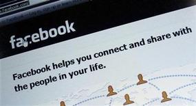 <p>Imagen de archivo del sitio web Facebook visto desde la pantalla de un ordenador en Múnich, feb 2 2012. Las acciones de Facebook Inc ampliaban sus pérdidas tras la apertura del mercado el jueves, después del término de una prohibición para vender títulos a ciertos inversores cercanos a la compañía. REUTERS/Michael Dalder</p>