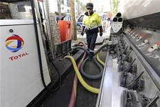 <p>Les entreprises accompagneront l'effort du gouvernement pour baisser les prix du carburants, a déclaré dimanche le président de l'Union française des industries pétrolières (Ufip), avant des annonces attendues en début de semaine. /Photo d'archives/REUTERS/Gonzalo Fuentes</p>