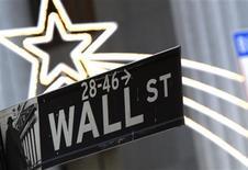 <p>Wall Street a ouvert sur une note hésitante lundi, dans un marché prudent avant la réunion annuelle des grands banquiers centraux en fin de semaine à Jackson Hole, mais Apple (+2,6%) se distingue après sa victoire judiciaire contre Samsung. Dans les premiers échanges, l'indice Dow Jones perd 0,17%, le Standard & Poor's est stable (+0,02%), tandis que le composite du Nasdaq avance de 0,13%. /Photo d'archives/REUTERS/Brendan McDermid</p>