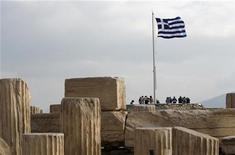 <p>La Grèce estime qu'une prolongation de deux ans du plan d'aide international dont elle bénéficie créerait un besoin de financement supplémentaire de 18 milliards d'euros, auquel elle pourrait répondre en empruntant à court terme sur les marchés et non en sollicitant une nouvelle fois ses bailleurs de fonds. /Photo d'archives/REUTERS/John Kolesidis</p>