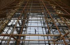 <p>Chantier à Taiyuan, dans la province chinoise de Shanxi. Alors que l'activité industrielle en Chine est tombée à son plus bas niveau depuis neuf mois, des économistes estiment que les autorités du pays pourraient choisir de régler d'abord la question de la transition politique avant celle d'un nouveau plan de relance. /Photo prise le 19 juillet 2012/REUTERS</p>
