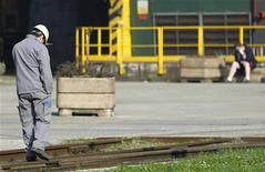 """<p>Le Premier ministre Jean-Marc Ayrault a déclaré lundi sur France 2 qu'il faudrait sans doute revoir """"un peu"""" en baisse la prévision de croissance de l'économie française en 2013, que le gouvernement anticipe pour l'instant à 1,2% quand les économistes prévoient en moyenne 0,5% à 0,6%. /Photo d'archives/REUTERS/François Lenoir</p>"""