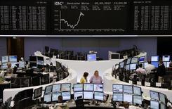 <p>Les Bourses européennes évoluent dans le désordre à mi-séance mercredi. À Paris, l'indice CAC 40 cédait 0,3% vers 13h15. À Francfort, le Dax gagnait 0,32% et à Londres, le FTSE reculait de 0,42%. /Photo prise le 5 septembre 2012/REUTERS/Remote/Lizza May David</p>