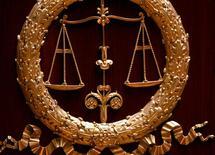 <p>Le groupe d'aéronautique et de défense Safran a été condamné mercredi à 500.000 euros d'amende pour corruption active d'agents publics étrangers au Nigeria en 2000-2003 en vue de l'obtention d'un marché de cartes d'identité, un événement rarissime pour une société du CAC 40. /Photo d'archives/REUTERS/Charles Platiau</p>