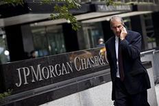 <p>Un quatrième trader de JP Morgan Chase & Co, de nationalité française, est visé par l'enquête des autorités américaines sur la perte de trading de près de six milliards de dollars (4,8 milliards d'euros) subie par la banque. /Photo prise le 13 juillet 2012/REUTERS/Andrew Burton</p>