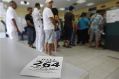 <p>Le taux de chômage en Grèce a atteint un nouveau record historique en juin, à 24,4%, contre 23,5% en mai. /Photo prise le 6 septembre 2012/REUTERS/John Kolesidis</p>