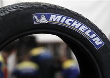 <p>A la mi-séance, les valeurs cycliques profitent des anticipations du marché sur une action de la BCE pour endiguer la crise en zone euro. Michelin gagne 3,26% à 12h18. /Photo d'archives/REUTERS/Régis Duvignau</p>