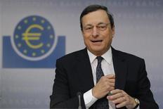 """<p>Conférence de presse du président de la Banque centrale européenne, Mario Draghi à Francfort. La BCE a décidé de lancer un nouveau programme de rachat d'obligations dans le but de faire baisser les coûts de financement des Etats de la zone euro en difficulté et de rassurer les investisseurs sur le fait que l'euro est """"irréversible"""". /Photo prise le 6 septembre 2012/REUTERS/Alex Domanski</p>"""