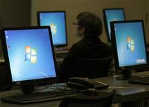 <p>Microsoft, qui va embaucher 1.000 personnes au cours de l'année prochaine en Chine où le géant américain des logiciels compte déjà 4.500 salariés, à suivre jeudi sur les marchés américains. /Photo d'archives/REUTERS/Ina Fassbender</p>