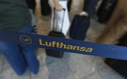 <p>Lufthansa a repris contact vendredi avec le syndicat de son personnel navigant au troisième jour d'une grève des hôtesses et stewards à l'appui de revendications salariales. /Photo prise le 7 septembre 2012/REUTERS/Kai Pfaffenbach</p>