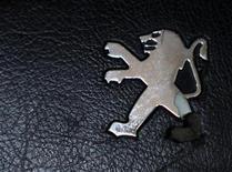<p>PSA Peugeot Citroën profite de son caractère cyclique pour progresser de 3,66% malgré la décision de NYSE Euronext de retirer le titre du premier constructeur automobile français du CAC 40. Il sera remplacé par SOLVAY (+3,95%), repreneur l'an dernier de Rhodia. /Photo prise le 15 août 2012/REUTERS/Dado Ruvic</p>