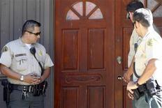 <p>شرطيون امام منزل باسيلي نيقولا في كاليفورنيا يوم الجمعة. تصوير. باتريك فالون - رويترز</p>